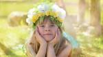 Portret van een meisje met een bloemenkrans