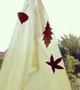 6. hang bladeren aan de doek