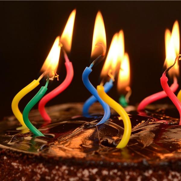 gekleurde verjaardagskaarsen