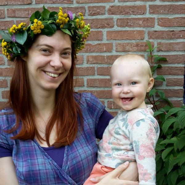 Naomi met de bloemenkrans op het hoofd