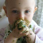 KIndje eet spinazie: illustratie bij de omgevingsgerichte zintuigen