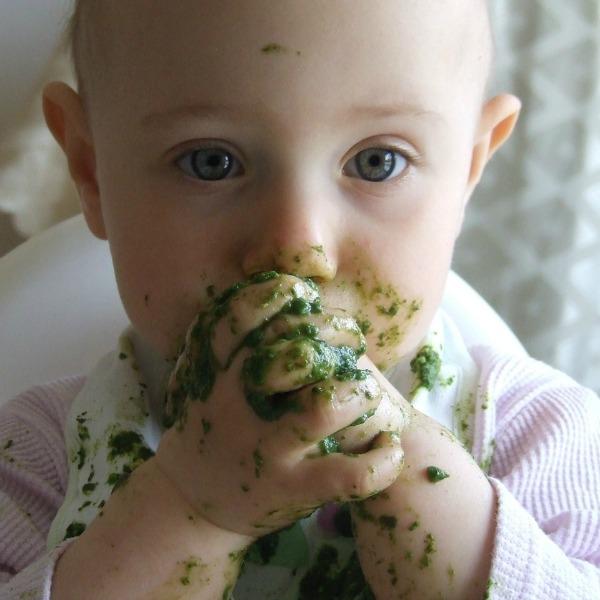 Kindje met spinazie: illustratie omgevingsgerichte zintuigen