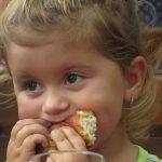 Meisje eet broodje, illustratie smaakzin