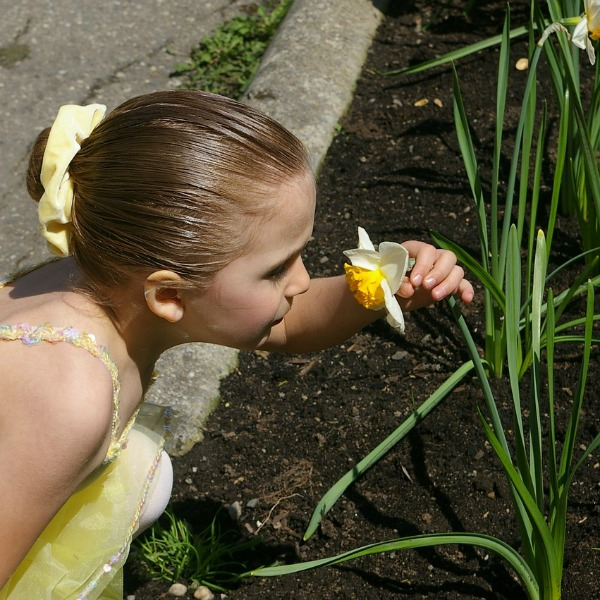 Meisje ruikend aan narcis, illustratie reukzin