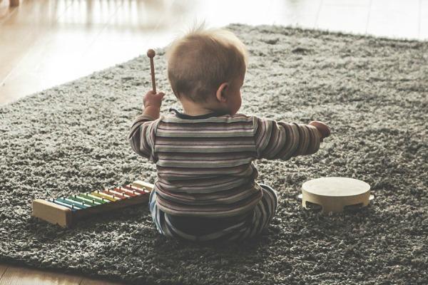 baby met muziekinstrumenten illustratie geestgerichte zintuigen